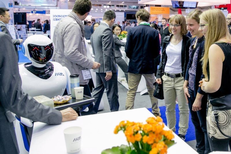 HRG displaying its catering robot, Xiao Zhi, at its booth at Automatica 2016 (Foto/HIT Robot Group)