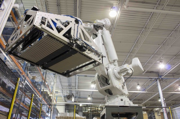 axium Distribution-center-robotic-depalletizing