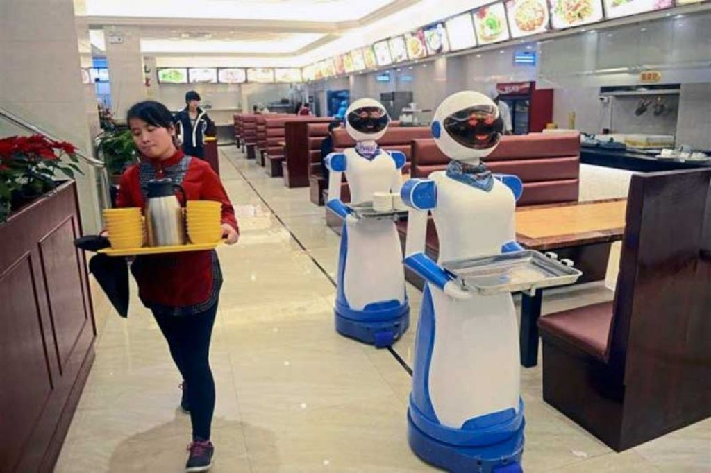 Robot-waiters-in-China