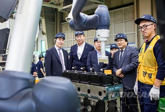 Doosan applies its collaborative robot to its engine